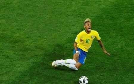 Neymar no chão com cara de dor
