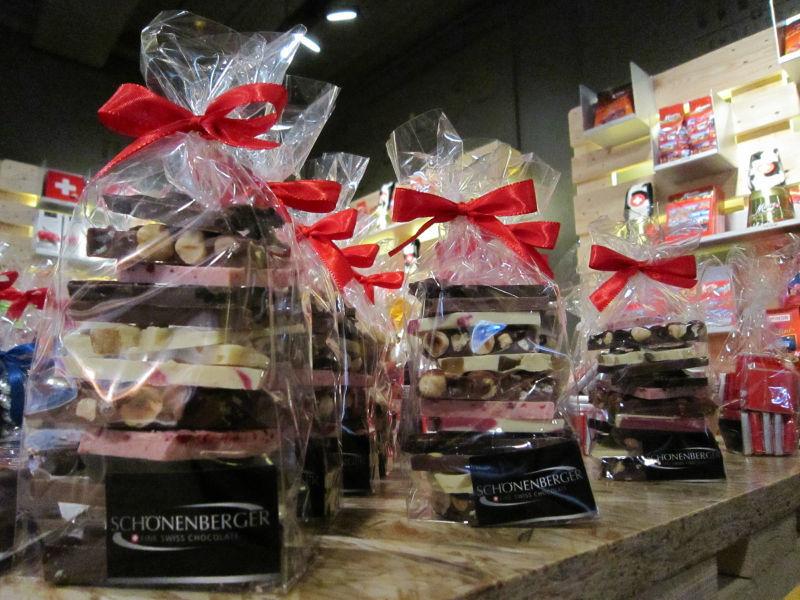 Os chocolates são separados por cores e sabores