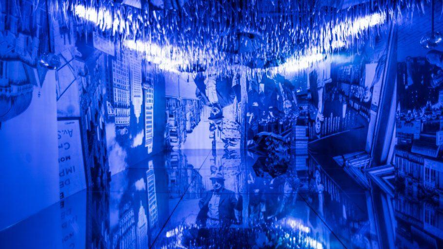 Sala da Garoa iluminada com luz azul