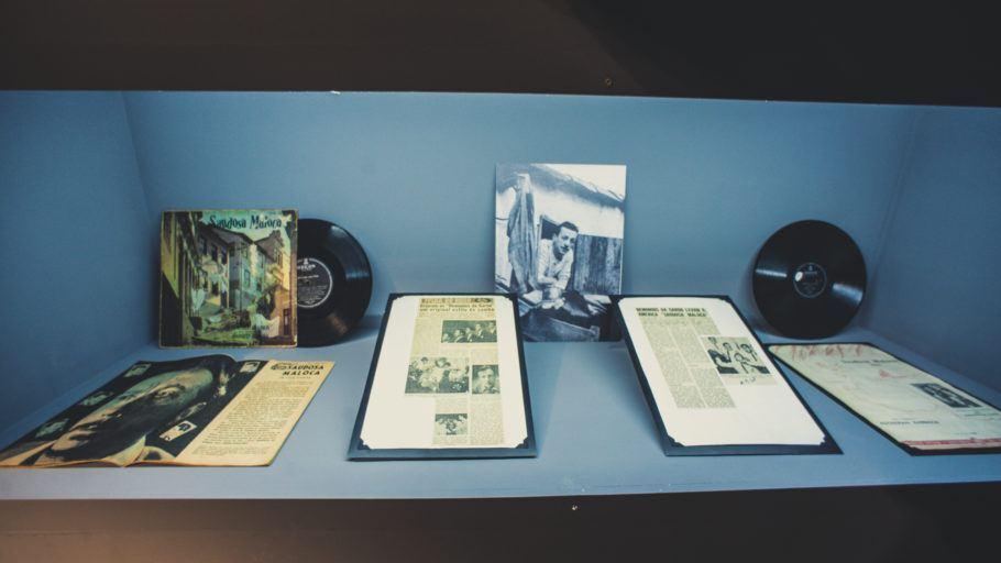 recortes de jornal e discos de Adoniran Barbosa
