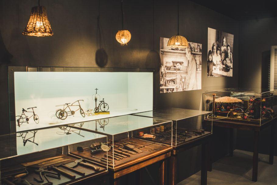 Sala com miniaturas feitas pelo sambista