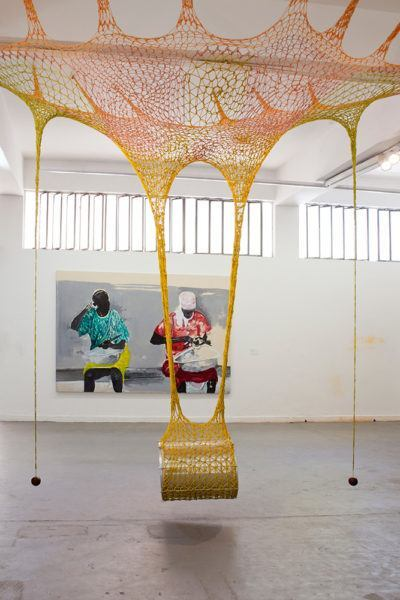 Obra de Ernesto Neto mostra tambor pendurado por uma rede