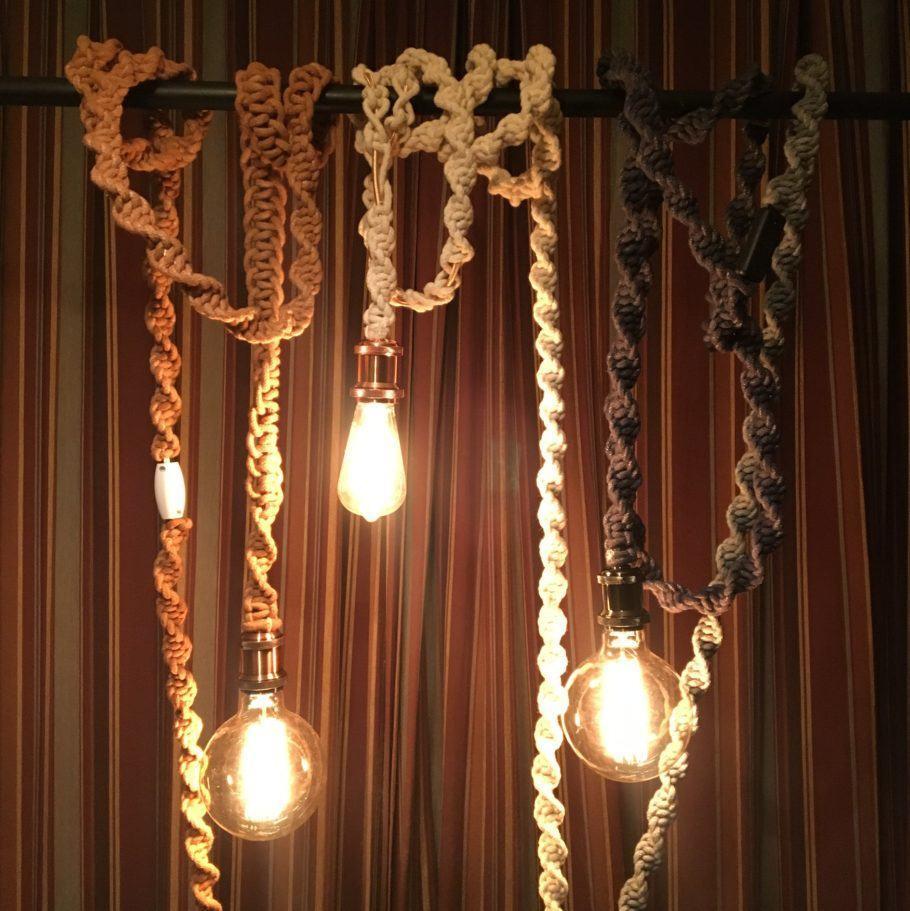 Lâmpadas penduradas por cordas coloridas