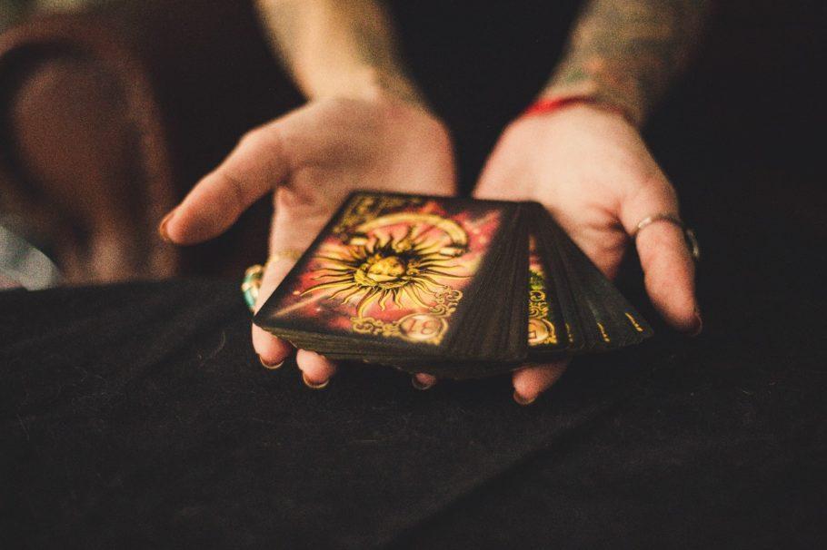 Mãos com cartas de tarô