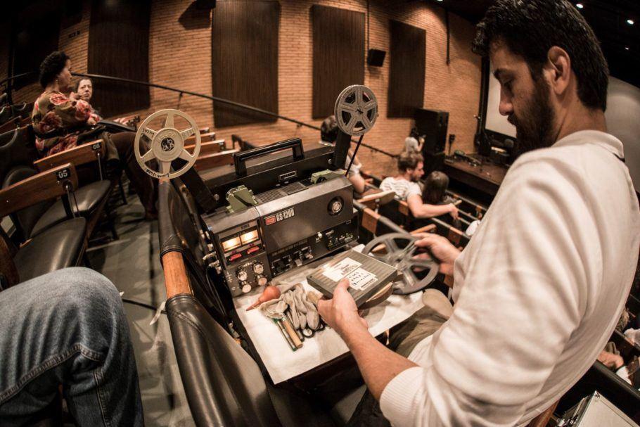 Homem operando projetor de super 8.