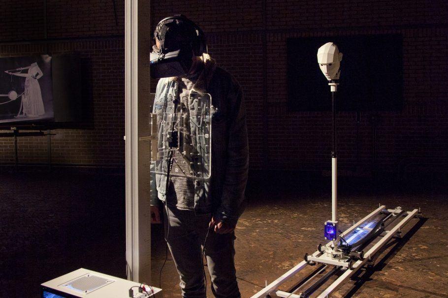 """""""Outrospecter"""", de Frank Kolkman e Juuke Schoorl, permite ao espectador experimentar a sensação de flutuar fora do corpo"""