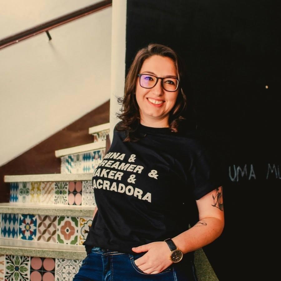 Comunicadora Gabriela Titon em frente a uma escada com azulejos hidráulicos