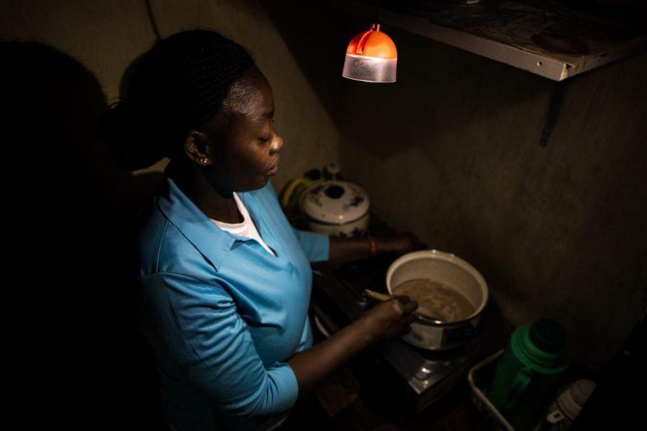 Sistema gera luz, que ajuda na hora de cozinhar; crédito: Divulgação