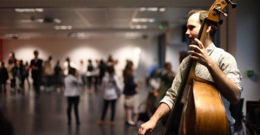 Brasileiro vira músico na França após entrar em projeto cultural