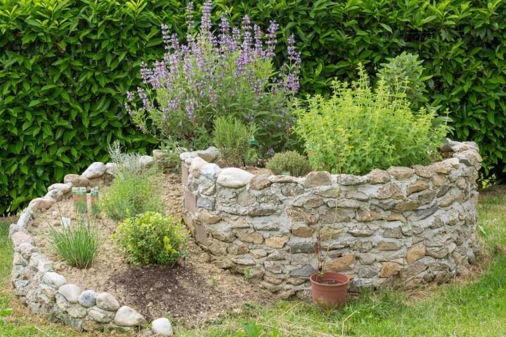 Horta em espiral aproveita espaços pequenos e traz uma decoração diferente para o quintal