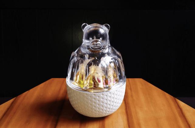 """A obra de arte é servida em uma tigela de porcelana decorada com um motivo de favo de mel e uma tampa de cristal Baccarat na forma de um ursinho chamado """"Zoo Bear"""""""