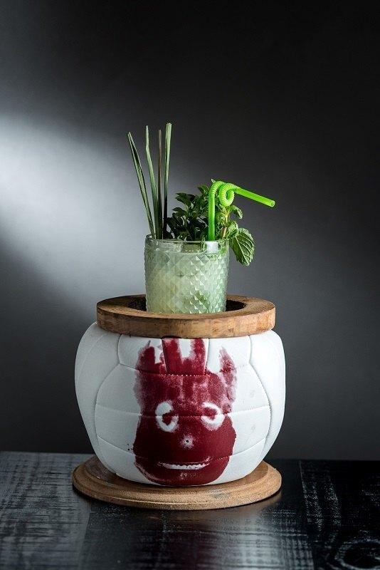 """""""Wilson visita Olívio"""", bebida que leva Tanqueray Gin, água de coco, limão, uva verde, capim-santo e hortelã (R$ 30)"""