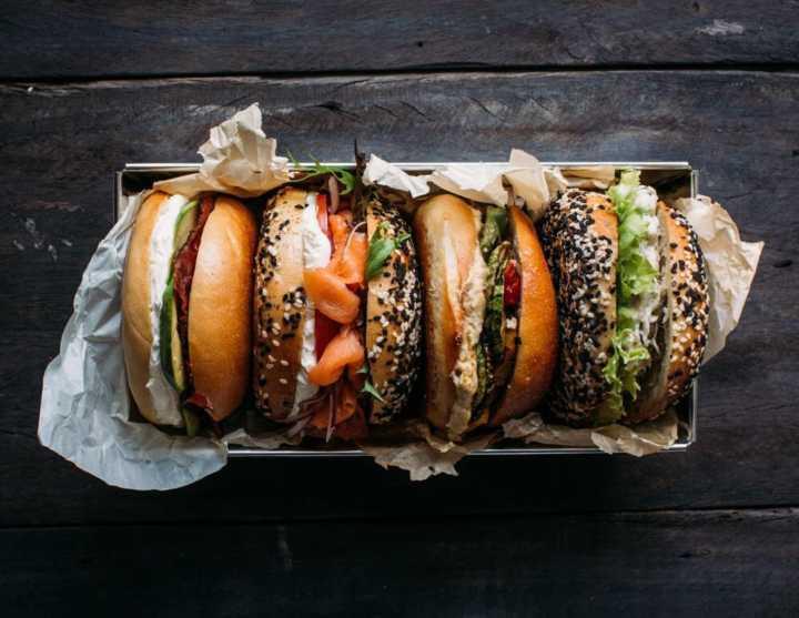 O Kez oferece desde versões tradicionais do bagel como os recheados com salmão defumado e pastrami, até opções de rosbife, salpicão de frango e  cogumelos