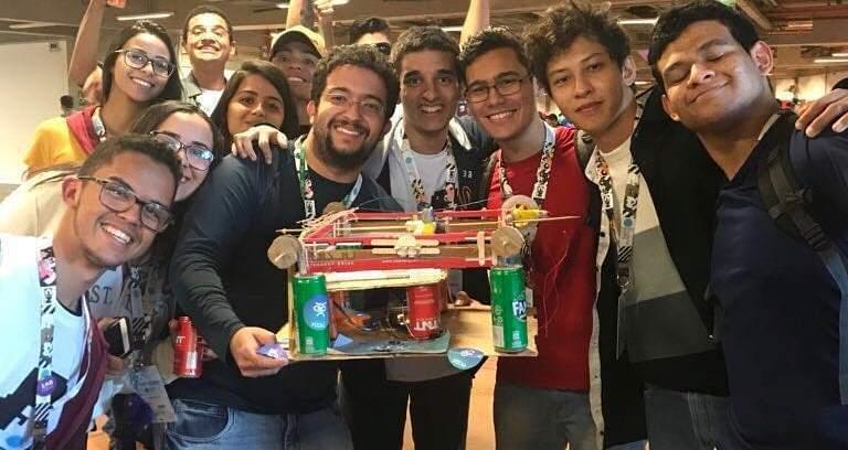 Alunos do IFTO mostram a impressora em braile durante a Campus Party de Brasília