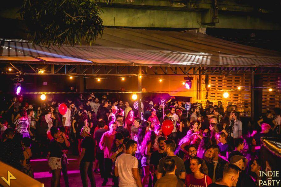 Público curtindo a Indie Party no espaço cultural Nos Trilhos