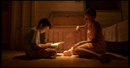 """Foto do filme """"Keyla"""", com duas crianças sentadas conversando"""