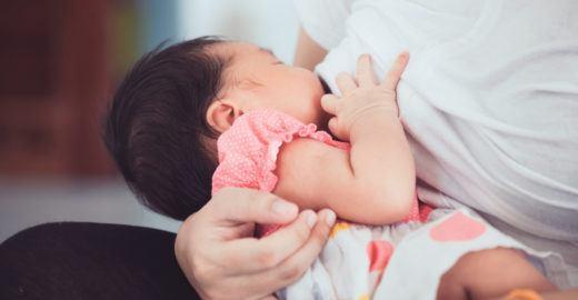 Forma de alimentar bebê pode influenciar se ele será canhoto