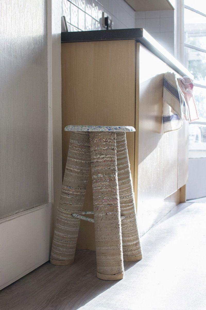 A designer Charlotte Allen faz peças usando o próprio lixo doméstico