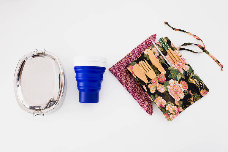 Quando come fora, a designer leva um kit que inclui copo, talheres, guardanapo e até marmita