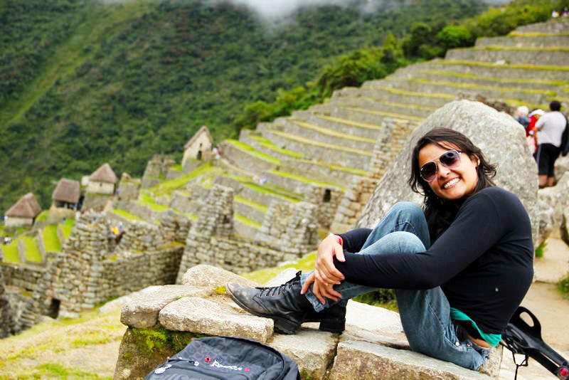 A jornalista Jéssica Paula em Machu Picchu; de muletas, ela já mochilou por mais de 20 países sozinha