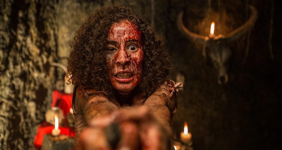 """Foto do filme """"Mata Negra"""", mostrando uma mulher com o rosto ensanguentado"""