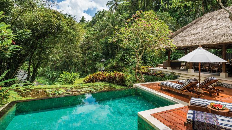 O hotel oferece suítes espaçosas e vilas com piscinas privativas