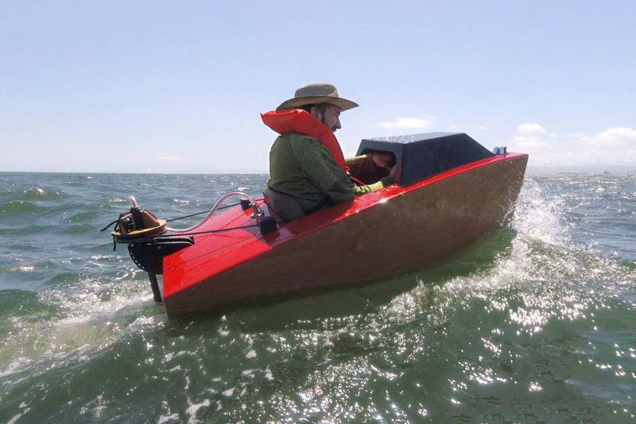 O minibarco elétrico pesa 30 quilos