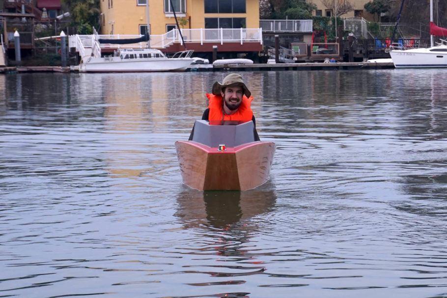 O minibarco elétrico possui anteparos internos que o impedem de afundar