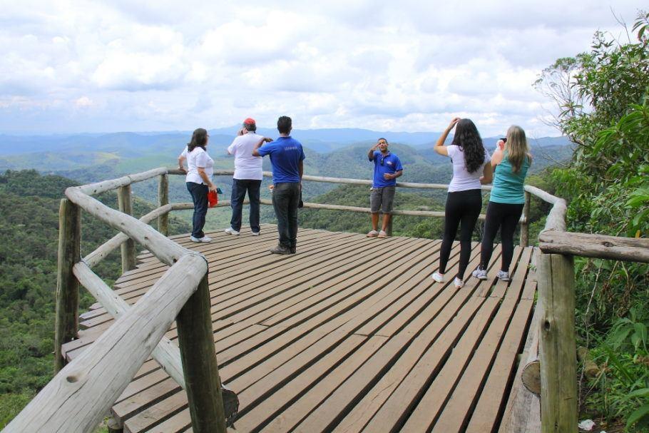 Turistas apreciam a vista da região de Monte Verde