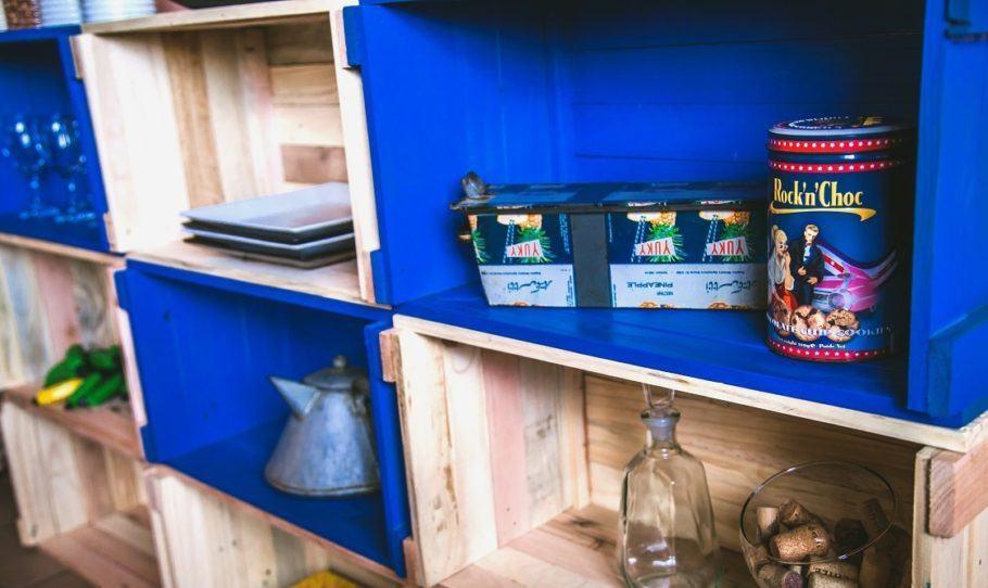 Entre os móveis de pallets feitos pela loja A Palleteria, uma estante com nichos para objetos diversos