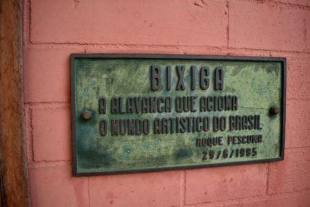 """Placa instalada na faixada, com as inscrições """"Bixiga - O avanço que aciona o mundo artístico do Brasil"""""""