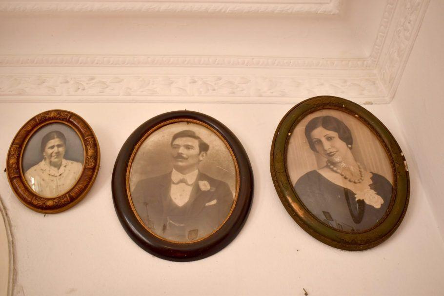 retratos antigos pendurados na parede