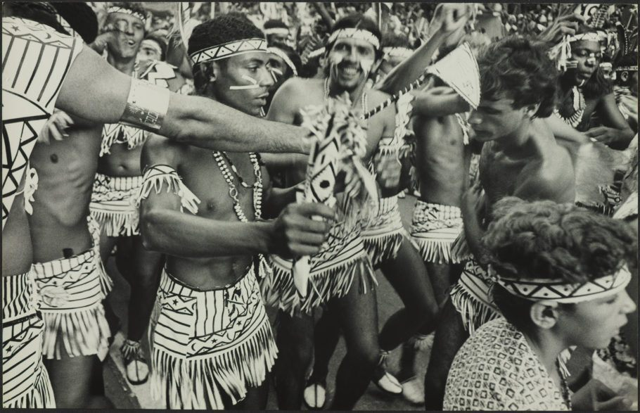 Fotografia do Bloco Cacique de Ramos,por Alair Gomes, integra a exposição 'O Rio do Samba: Resistência e Reinvenção'