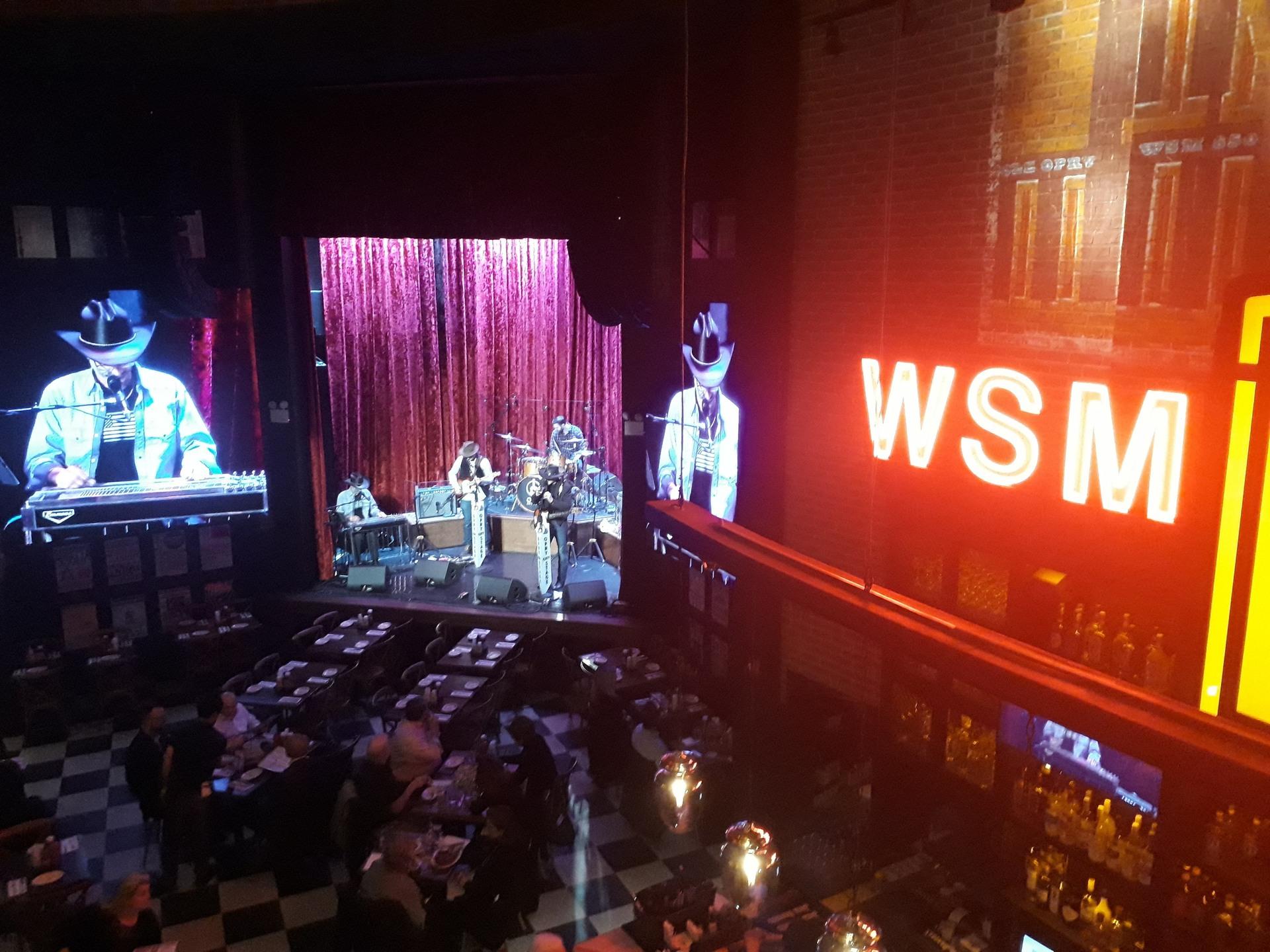 Vista do bar-restaurante Opry City Stage, em Nova York