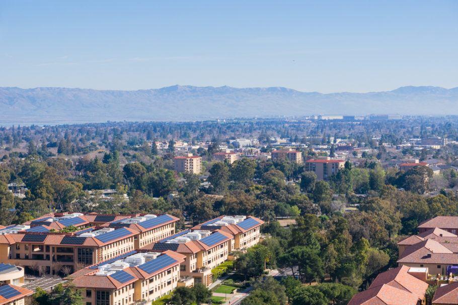 Residências na região de Palo Alto e Stanford, na Califórnia, com painéis solares