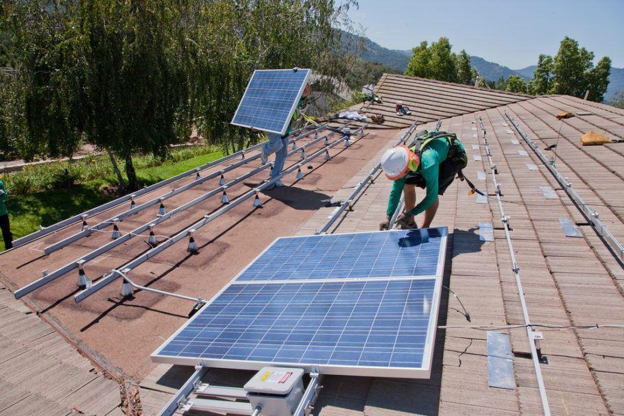 A instalação de painéis aumenta o custo da obra, mas compensa com a economia na conta de luz