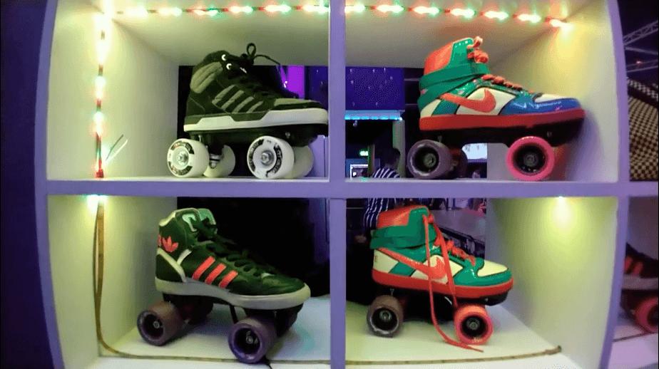 Patins de época fazem parte do o clima retrô do espaço de patinação inspirado nos rinques dos anos 80. O Roller Jam é mais um dos parques de diversões adultos