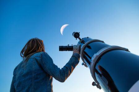 Planetário promove observação do céu noturno por telescópios no Dia das Crianças