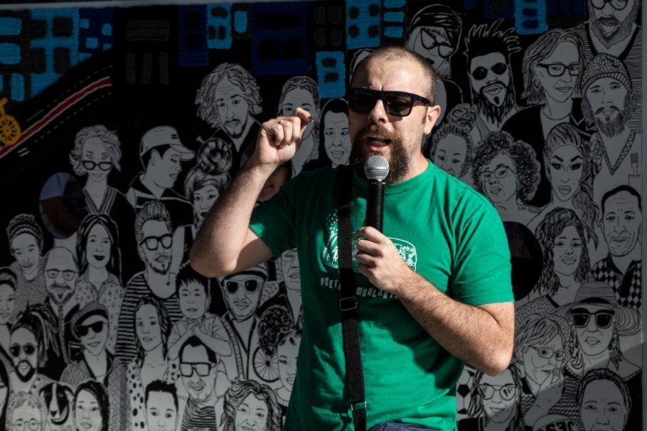 Thiago Peixoto falando ao microfone