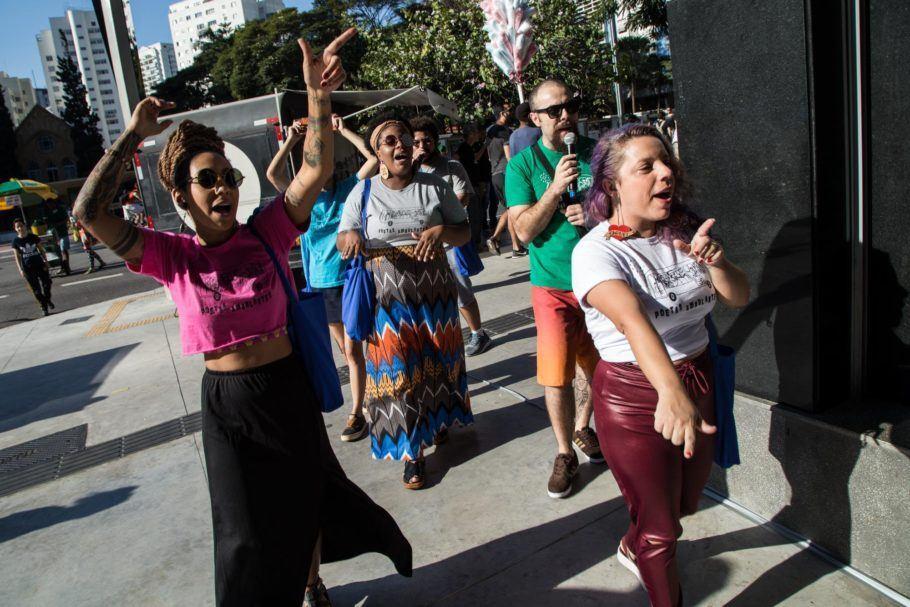Poetas Ambulantes se apresentam em frente ao Sesc Avenida Paulista