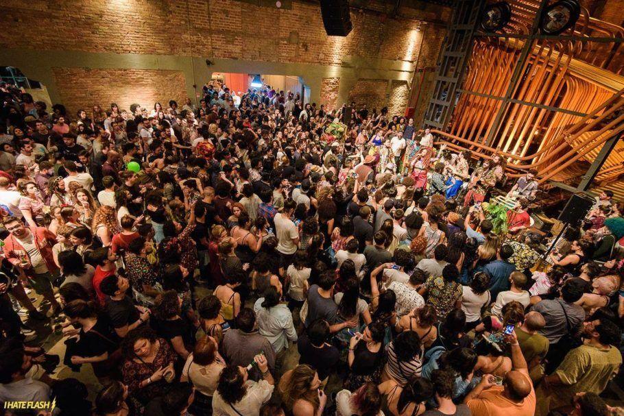 Multidão na Casa das Caldeiras durante a festa Primavera, Te Amo