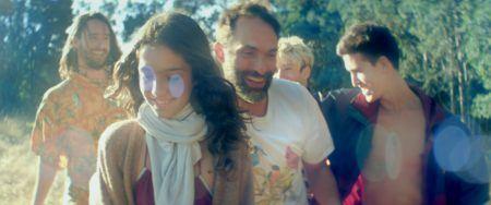 """Foto do filme """"Princesinha"""", com uma série de pessoas e uma menina em primeiro plano"""