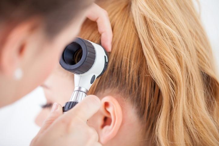 Médico analisando o cabelo de uma paciente