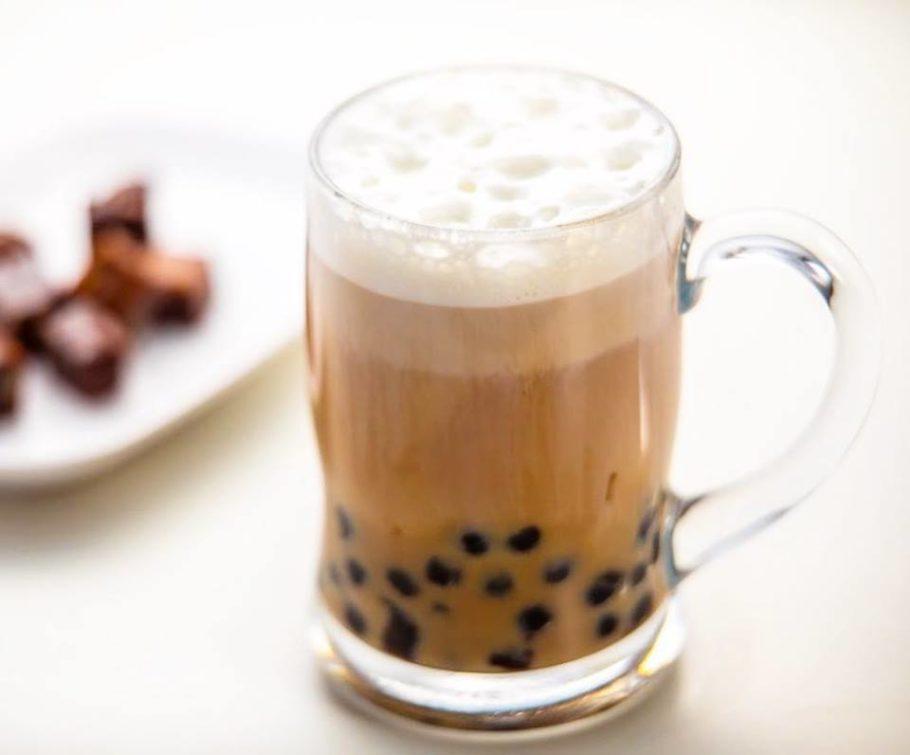 Para aquecer no inverno tem chá preto com leite e pobá