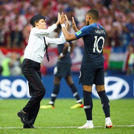 Membro do Pussy Riot dá um high five para o jogador Mbappé ao invadir o jogo da final da Copa