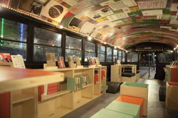 O Rizomamóvel funciona como uma livraria, além de ser uma plataforma para debates, palestras, oficinas e atividades culturais