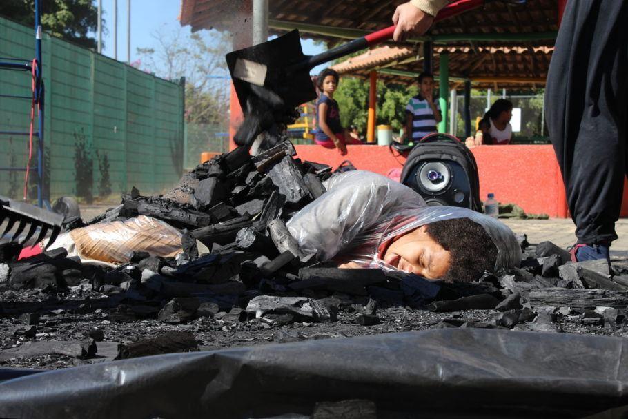 atriz deitada no carvão
