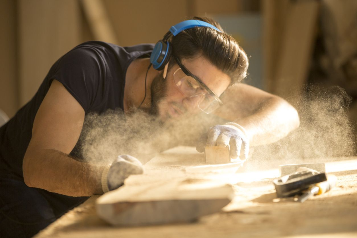 serralheiro cortando madeira