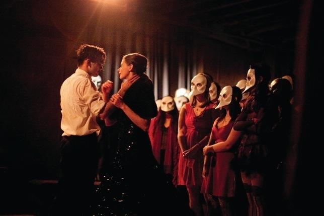 """Público acompanha atores no espetáculo imersivo """"Sleep No More"""""""