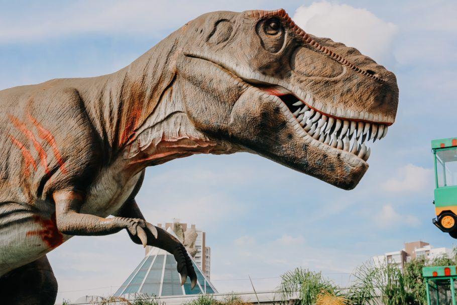 O parque de diversões com temática de dinossauros, T-Rex Park está com uma programação em julho